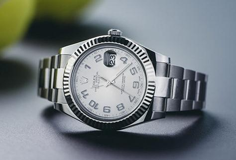 The male fake watch has silvery dial.